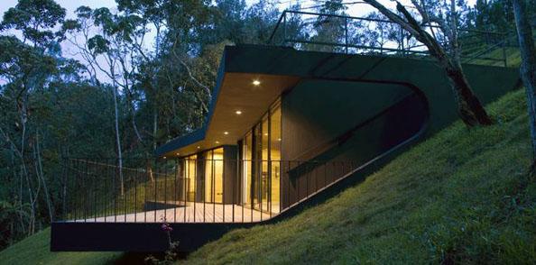 Экологичный дом в лесу